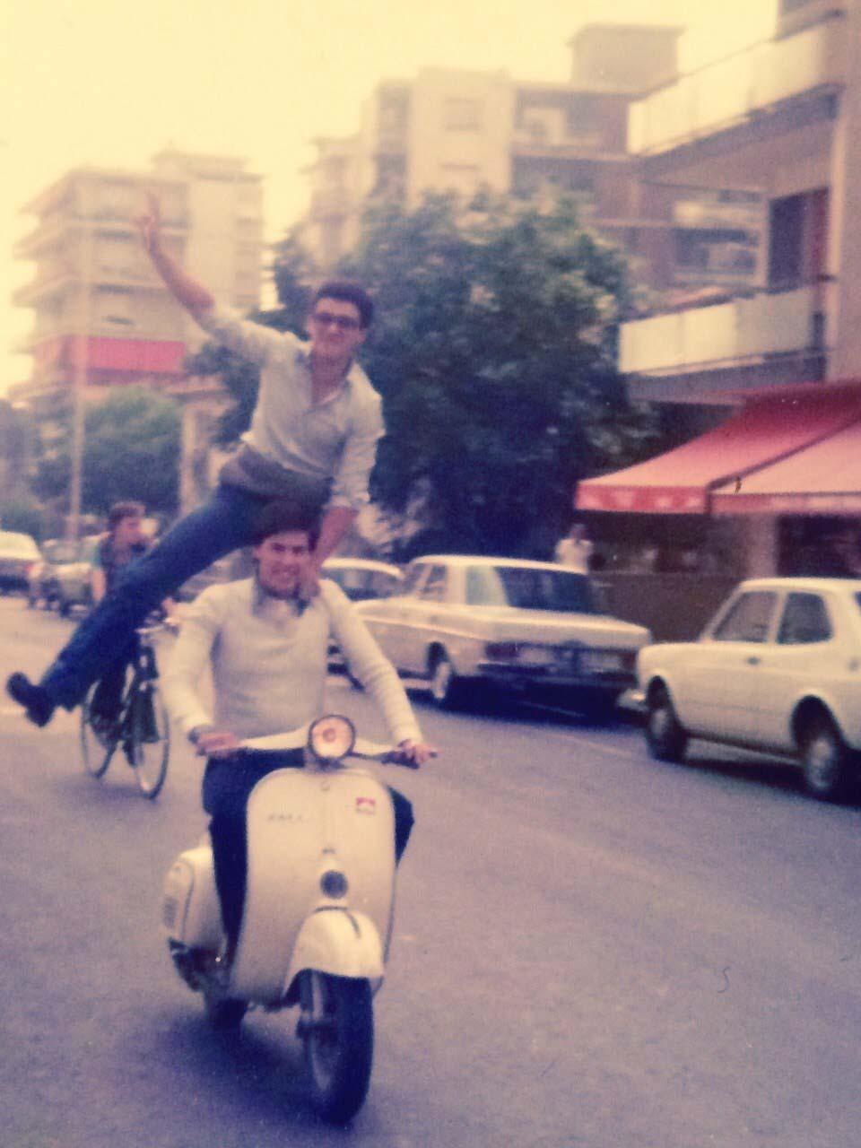 1976: Ventimiglia - Silvio Doria alla guida del Primavera dell'amico Gianni Belvedere in piedi sulla sella.
