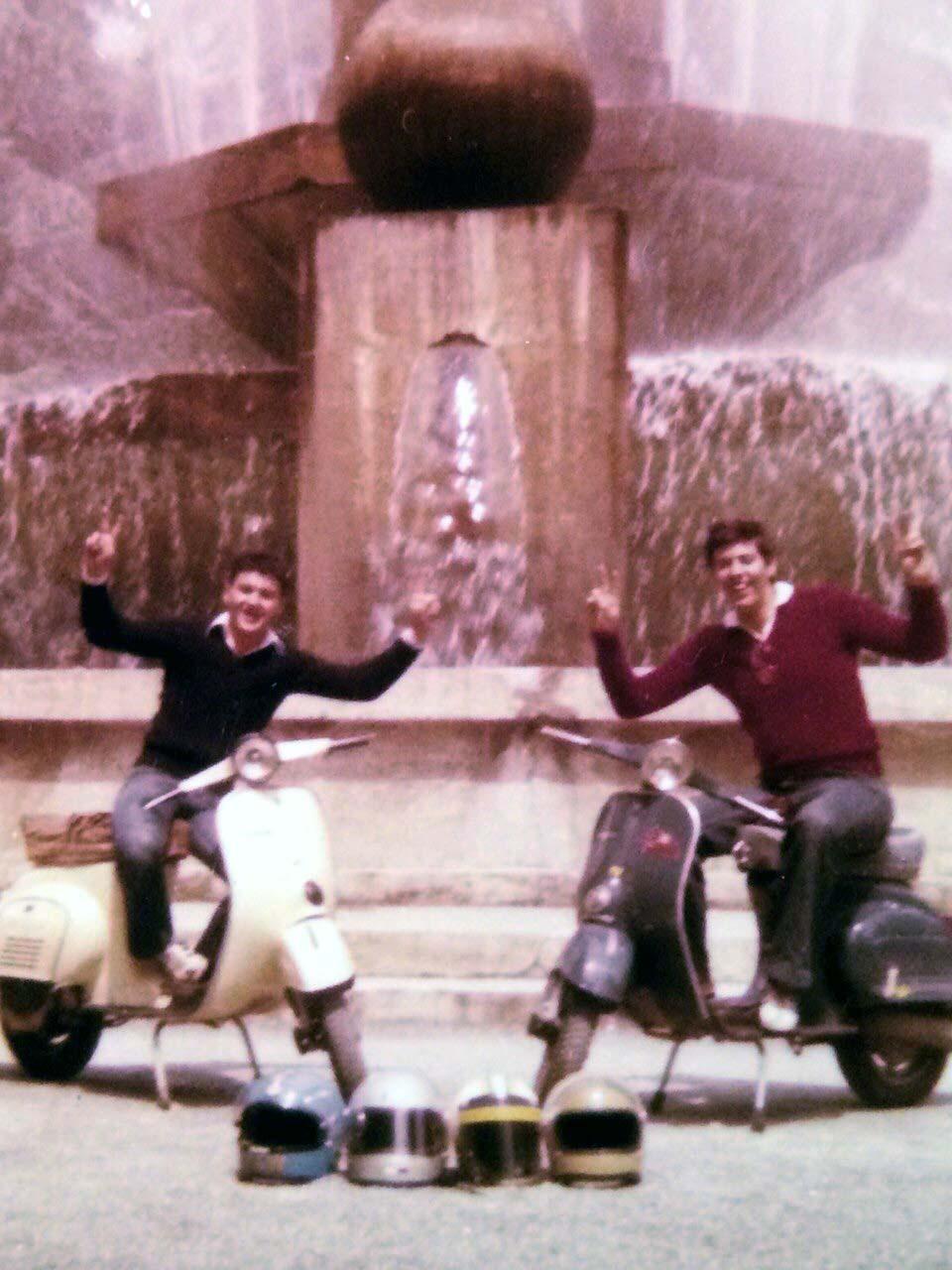 1976: Cuneo, piazzale della Libertà - Silvio Doria (a dx) sulla sua ET3 assieme all'amico Gianni Belvedere
